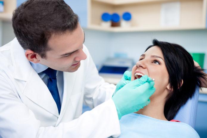 Patient bliver behandlet for akut tandpine
